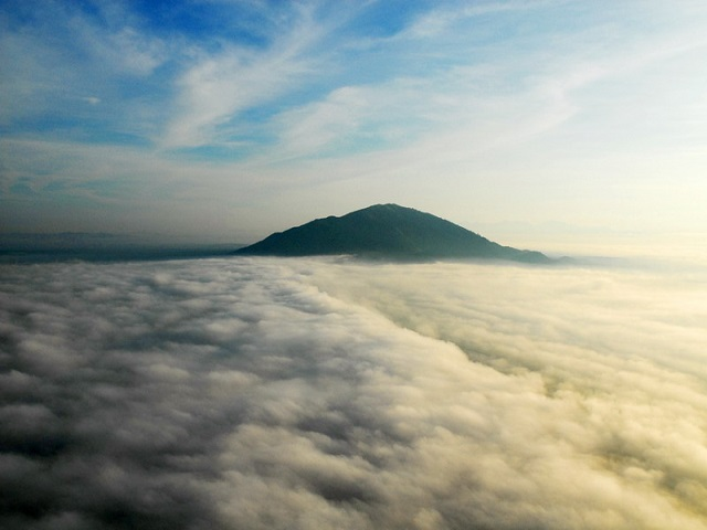 Waking up in the clouds of Chua Chan mountain