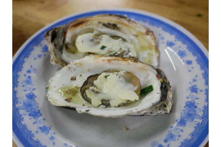 Grilled oysters with cheese